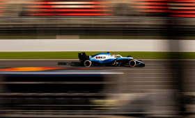 George Russell podczas czwartkowych testów F1 w Barcelonie