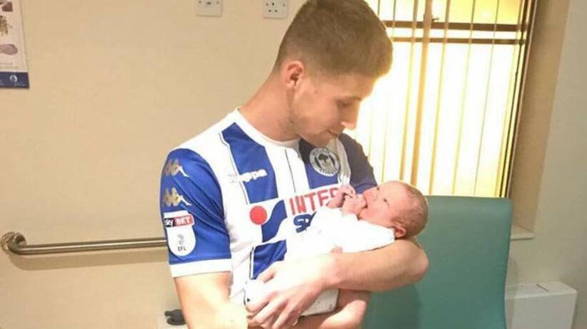 Na Sportowo: Zszedł z boiska i w klubowym stroju pojechał do szpitala, bo urodziło mu się dziecko [WIDEO]