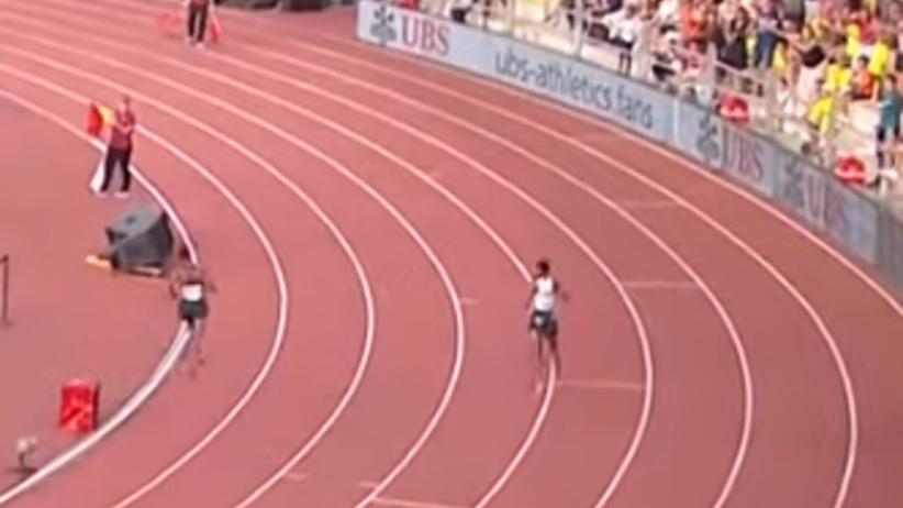 biegacz był pewny wygranej, ale do mety zostało mu jedno kółko