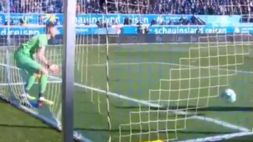 Bramkarz Mark Flekken puszcza gola