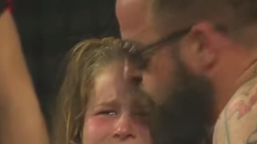 Wzruszający obrazek. Młoda fanka popłakała się po przegranej z Danią [WIDEO]
