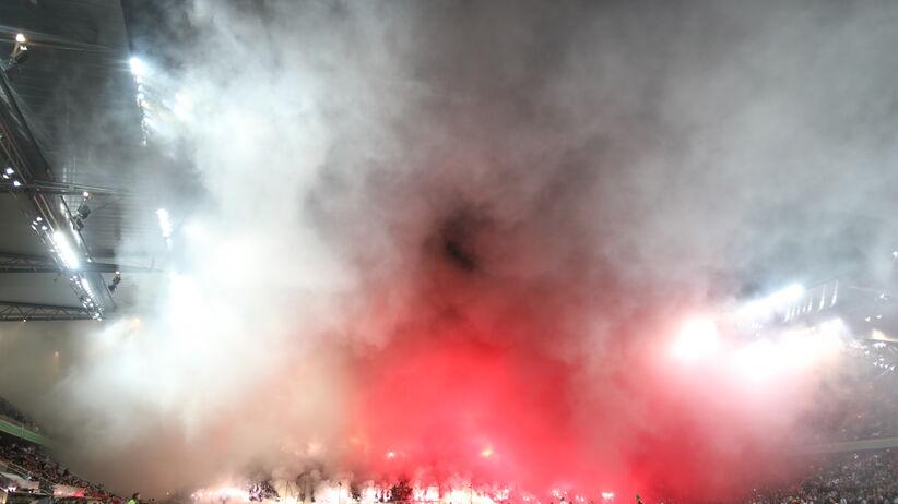 stadion Legii w kłębach dymu