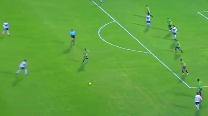 Fenomenalny gol z ponad trzydziestu metrów! Stadiony świata! [WIDEO]
