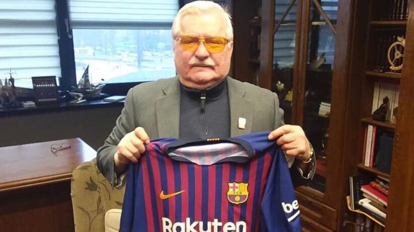 Wałęsa dostał koszulkę Barcelony z napisem konstytucja