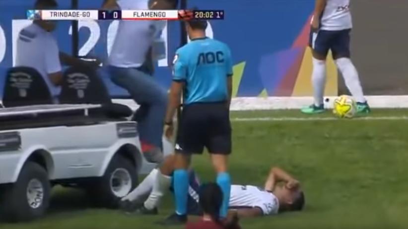Lekarze przejechali leżącego na murawie piłkarza [WIDEO]