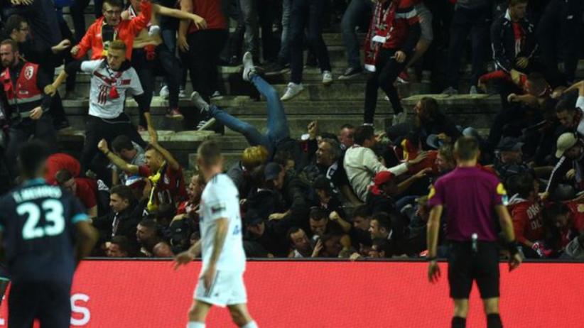 Przerwany mecz we Francji. Kibice spadli z trybuny [WIDEO]
