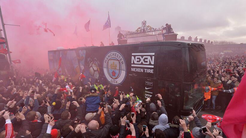 Autokar Manchesteru City przed meczem z Liverpoolem