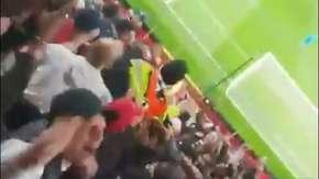 Kibice PSG podrzucali stewarda