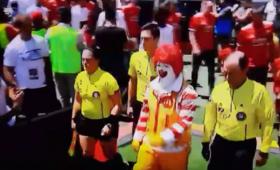 Klaun z McDonald's wyprowadził piłkarzy Realu Madryt i Manchesteru [WIDEO]