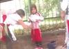 Matka przykleja race do ciała córki