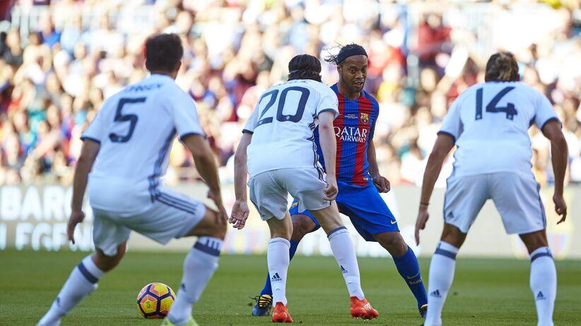 Mecz gwiazd w Barcelonie. Ronaldinho zaczarował publiczność [WIDEO]
