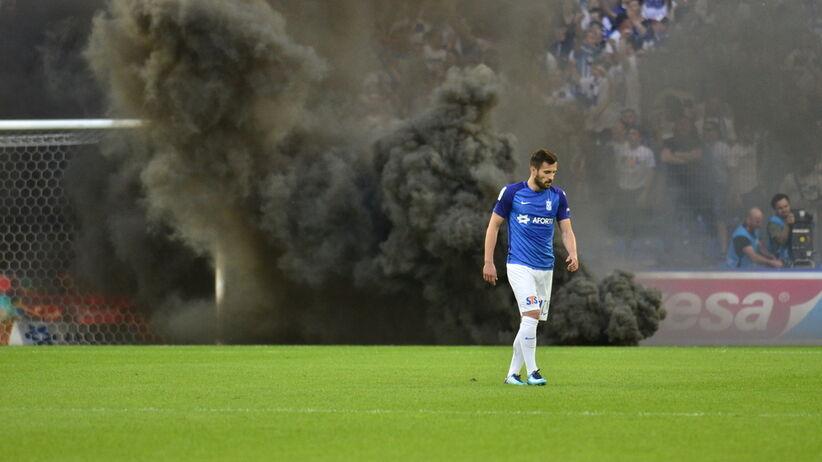 Maciej Makuszewski schodzi z boiska po zamieszkach kiboli