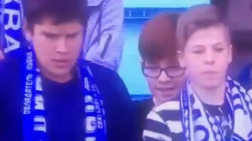 Trzech chłopców walczy o koszulkę