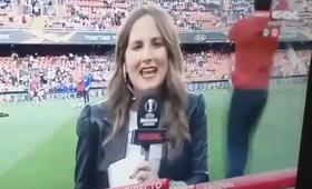 Dziennikarka trafiona piłką w głowę. Relacjonowała prosto z murawy [WIDEO]