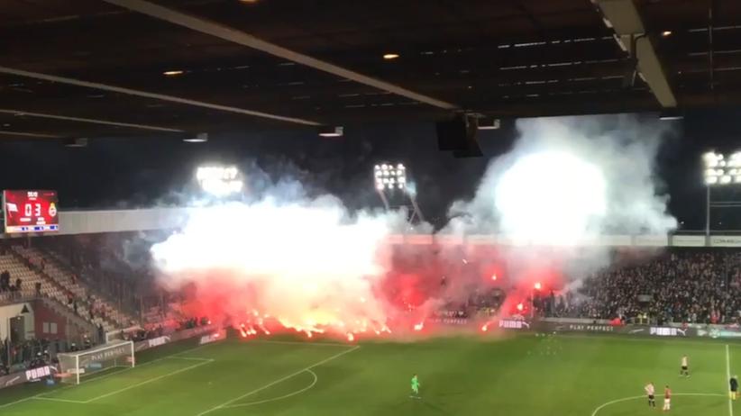Przerwane derby Krakowa. Kibice Wisły ostrzelani petardami i racami [WIDEO]