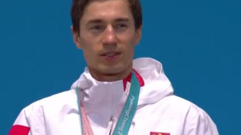 Kamil Stoch odbiera złoty medal i śpiewa Mazurka Dąbrowskiego [WIDEO]