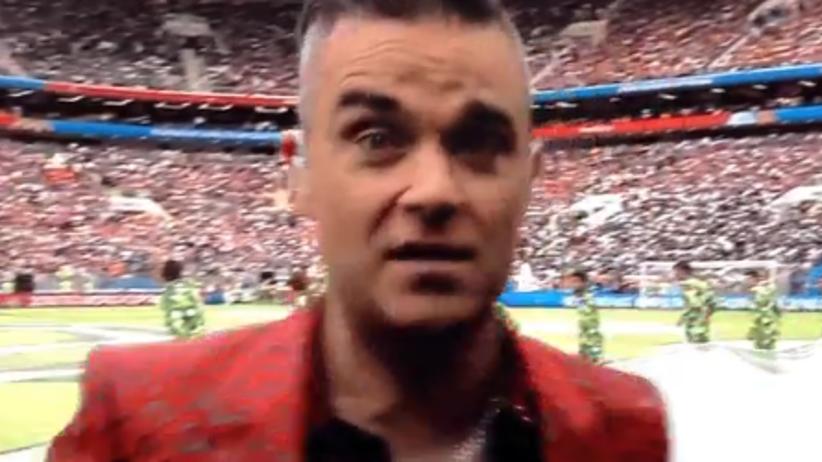 Robbie Williams pokazał środkowy palec podczas ceremonii otwarcia MŚ! [WIDEO]