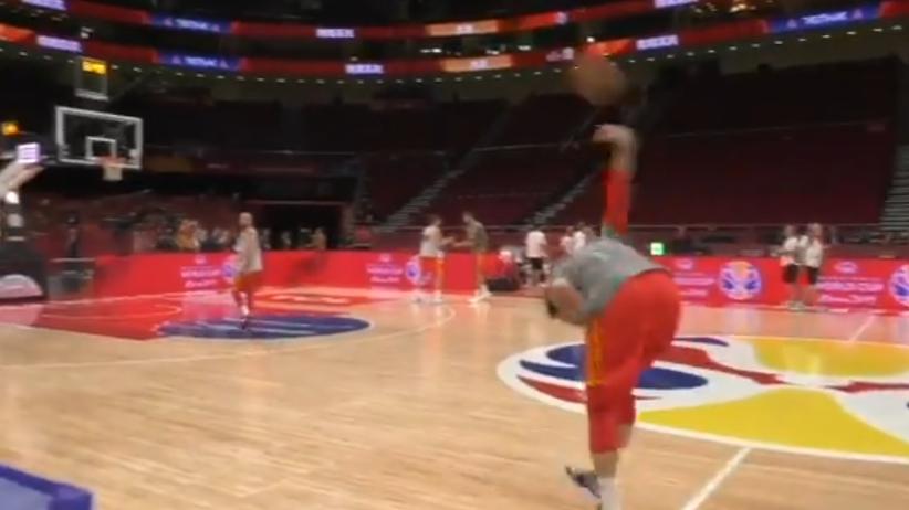 Co za rzut hiszpańskiego koszykarza. Jak on to zrobił? [WIDEO]