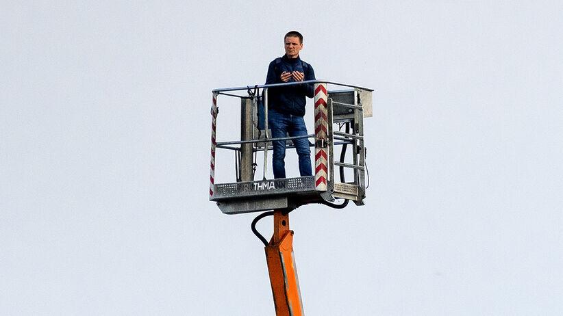 Wynajął dźwig, by obejrzeć mecz Ekstraklasy. Teraz go szukają