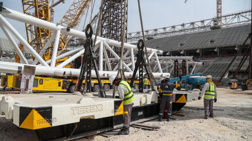 Pięć osób budujących stadion w Dausze z koronawirusem