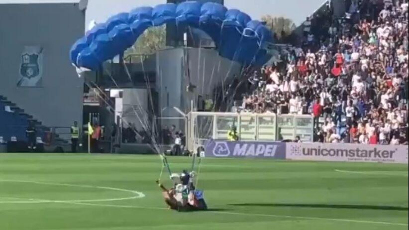 Kuriozum podczas meczu Serie A. Na boisku wylądował spadochroniarz [WIDEO]