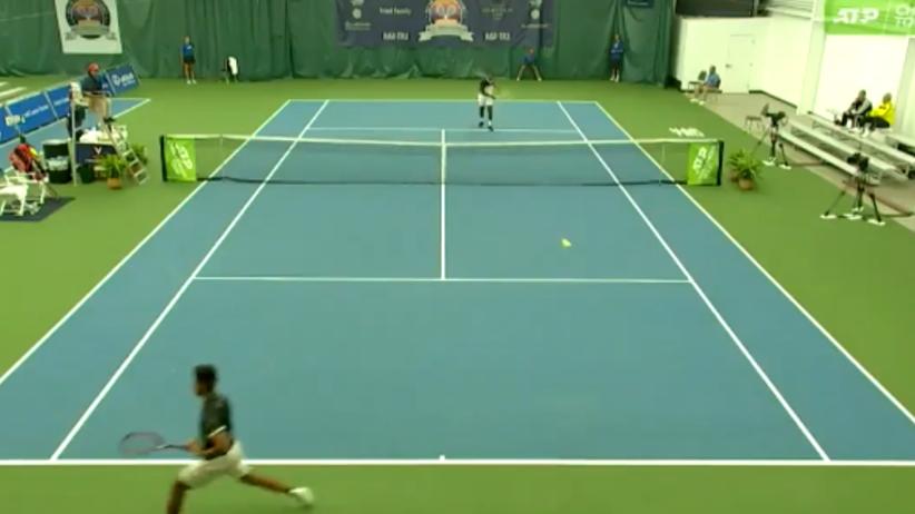 tenisista rzucił rakietą w sędziego