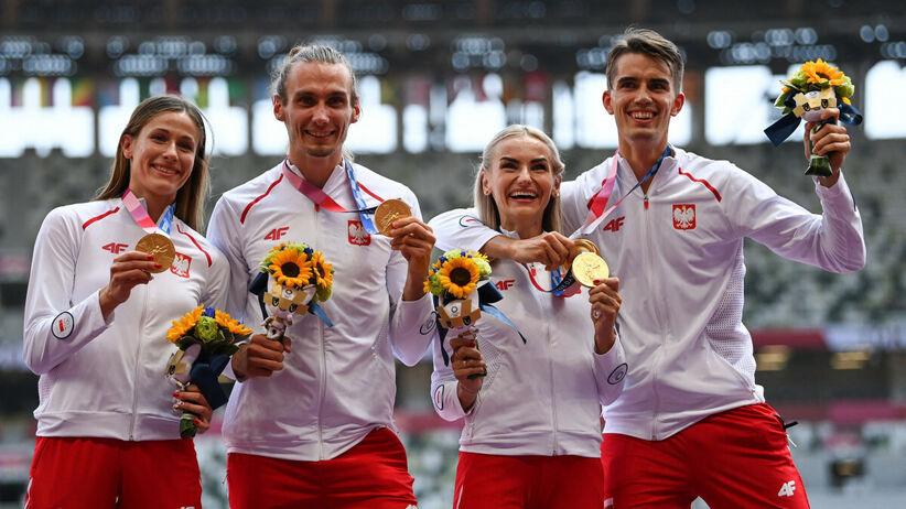 ceremonia medalowa sztafety 4x400 metrów