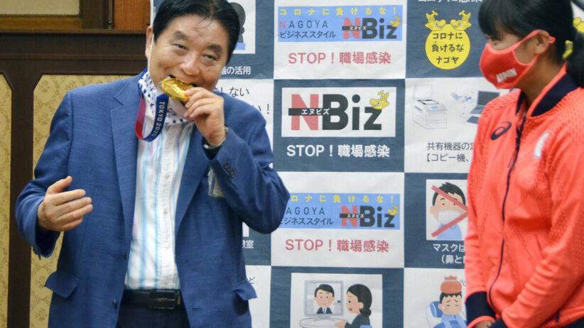 Tokio 2020. Burmistrz Tokio Takashi Kawamura ugryzł złoty medal. Jest zakażony koronawirusem